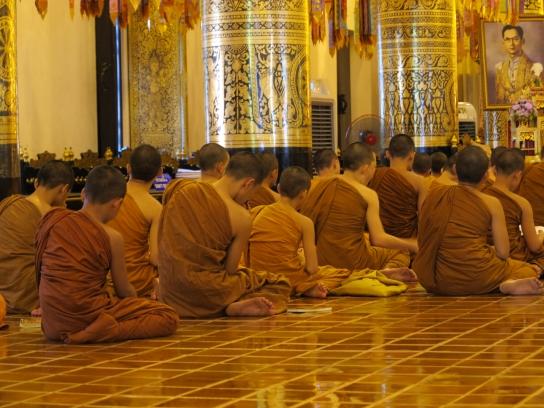 Junge Mönche beim Gebet im Wat Chedi Luang