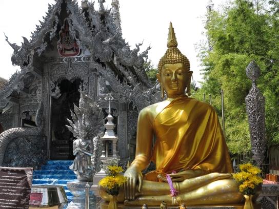 Goldener Buddha vor silbernem Tempel (Wat Sri Suphan)
