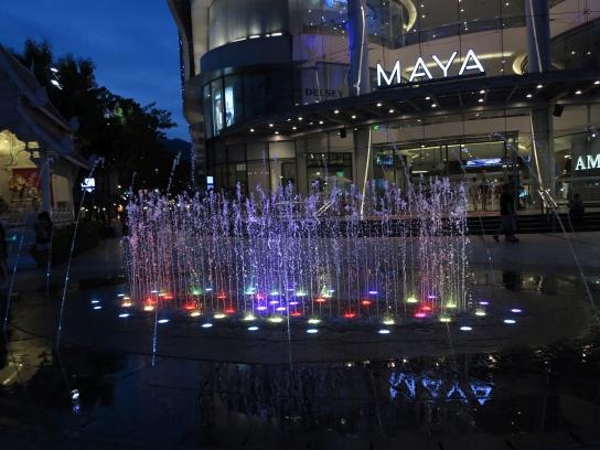 Lichterspiel vor dem MAYA Lifestyle Shopping Center an der Nimmanhaemin Road